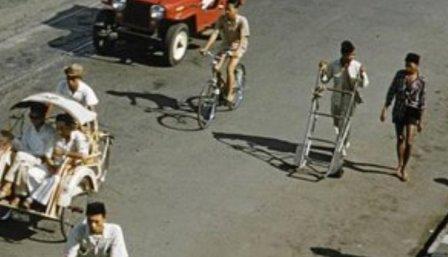 Potret Lawas Transportasi Jakarta Tahun 70 An Salfok Pemuda Berpeci Membawa Troli Indolinear Com